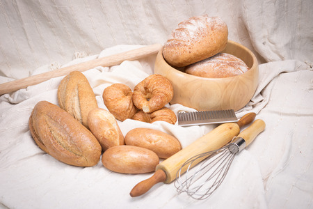 tela algodon: Fresh homemade bread in a cotton cloth background.