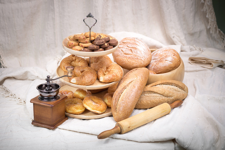 utensilios de cocina: Pan fresco en un fondo de tela de algodón.