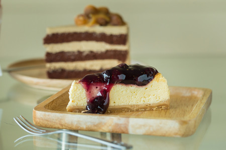 plato del bien comer: Blueberry cheesecake on wooden plate.