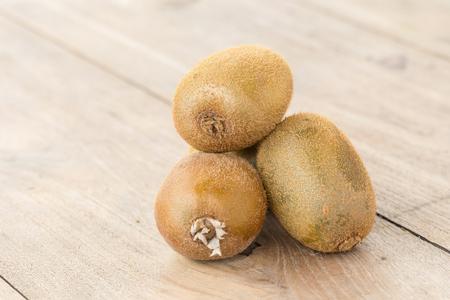 kiwi fruta: En los kiwis placa de madera. Foto de archivo