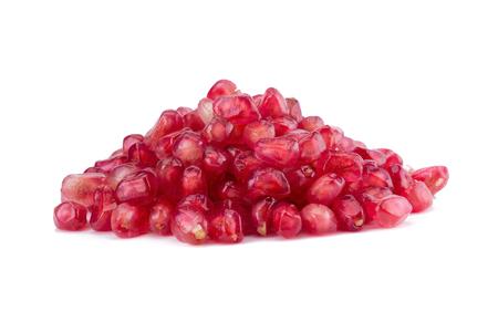 segmentar: segmento de fruta de la granada madura en el fondo blanco