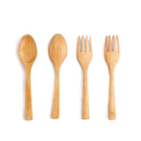 houten lepel en houten vork op witte achtergrond