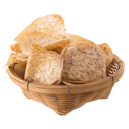 germinación: fried Taro slices Dip into the caramel In the basket isolated on white background.