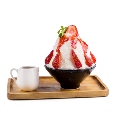 Korean shaved ice dessert with sweet toppings, Strawberry Bingsoo or Bingsu. 免版税图像