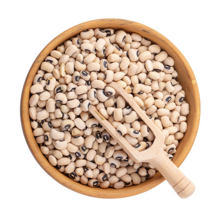 Black-eyed peas in a wooden bowl isolated on a white background. 版權商用圖片