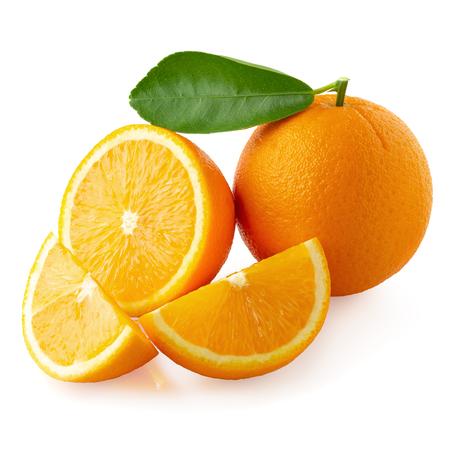 Vers gesneden sinaasappels en sinaasappelfruit geïsoleerd op witte achtergrond Stockfoto