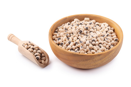 Black-eyed peas in a wooden bowl isolated on a white background. Stockfoto
