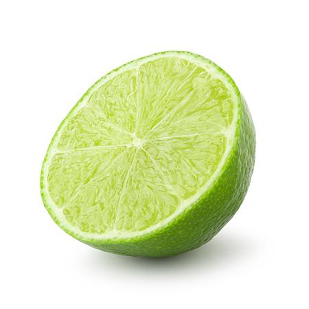 La mitad con una rodaja de limón verde fresco aislado sobre fondo blanco.