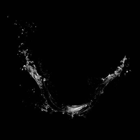 Water spatten geïsoleerd op een zwarte achtergrond
