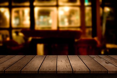 mesa de madera con el fin de telón de fondo borrosa restaurante
