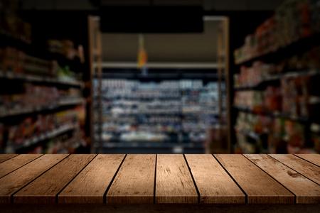 wood table top on blur supermarket background Stockfoto