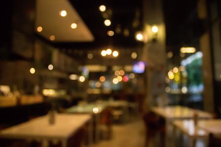 추상적 인 bokeh 빛 이미지 배경으로 커피 숍이나 카페 레스토랑을 흐리게하십시오.