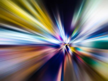 Desenfoque de movimiento de velocidad abstracta en la ciudad en la carretera de noche y luz de neón.