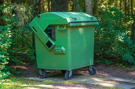 Concetto di ecologia del contenitore di riciclaggio dei rifiuti di plastica verde Green