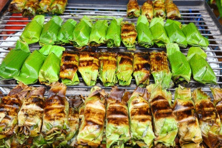 Grilling Glutinous rice or sticky rice ,A favorite dessert in Thailand Banque d'images
