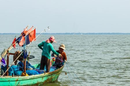 pull up: Chachoengsao, Thailandia-FEBBRAIO 19: Thai pescatore tradizionale tirare su la rete da pesca per catturare il pesce e un altro la vita marina in riva Takham febbraio 19,2012 Chachoengsao, Thailandia