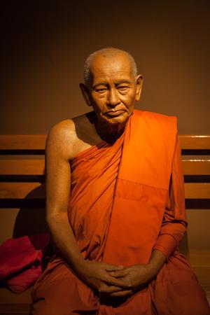 public health: NAKORNPRATHOM, Tailandia-25 de agosto: Pratummanyanmunee (Thongyoi Buaon) que es principal para la educaci�n y la salud p�blica monje era espect�culo en el Museo de Im�genes de Tailandia Humano en agosto 25,2014 en Nakornprathom, Tailandia