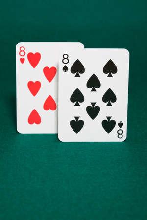eights: Primer plano de pareja de mano de ochos que enciende la mano en la bodega