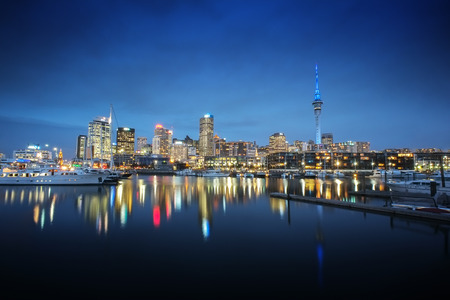 Auckland cityscape at night, long exposure and selective focus at building Stockfoto