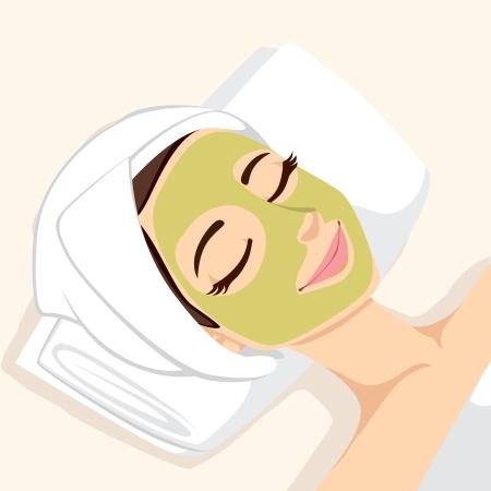 Mujer que tiene tratamiento del acné con la máscara verde facial natural para limpiar piel de la cara