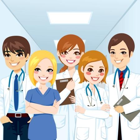 equipe medica: Gruppo di professionisti del team medico in piedi in un corridoio di ospedale sorridente con le braccia incrociate