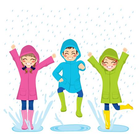 Kleine Kinder spielen auf Pfützen tragen bunte Regenmäntel und Stiefel