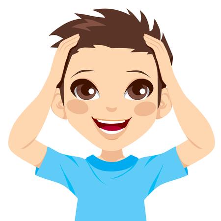 изумление: Милый маленький мальчик счастлив удивлен выражение с руки на голову и большой улыбкой