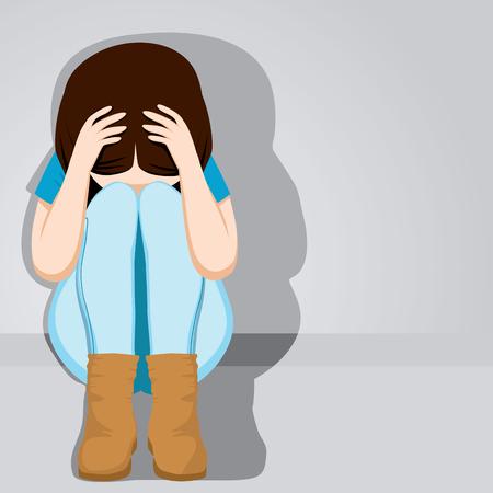 persona deprimida: Muchacha triste del adolescente desesperada ocultando su rostro sentado en el suelo sobre fondo gris