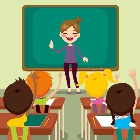 teacher student: Hermosa joven maestro de ense�anza de pie feliz en ni�os frente levantando las manos en alto sentado en el aula