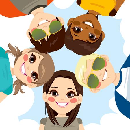 jeunes joyeux: Cinq heureux jeunes adolescents souriants formant un cercle ensemble de faible angle de vue