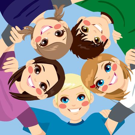 Vijf gelukkige lachende jonge tieners omhelzen elkaar in de cirkel van lage hoek bekijken Stock Illustratie