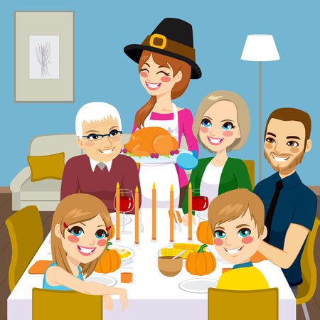 juntos: Familia feliz que cena de acción de gracias junto con mamá sirviendo pavo asado tradicional