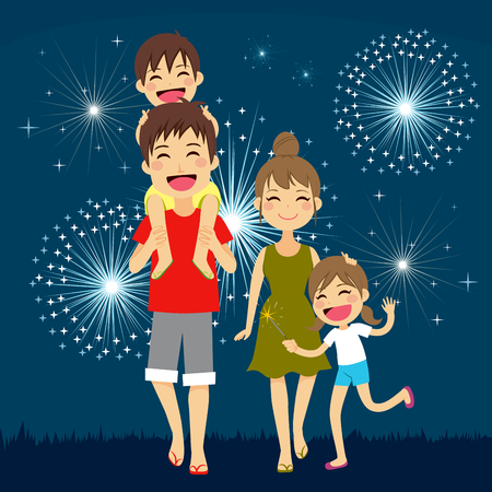 Familia feliz caminar juntos en la fiesta de la noche de verano con fuegos artificiales en el fondo