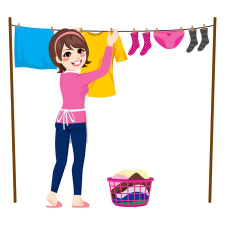 ropa colgada: Mujer joven feliz que cuelga la ropa mojada a seca