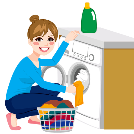 lavanderia: Joven y bella mujer haciendo lavandería poner la ropa sucia en la lavadora de la cesta