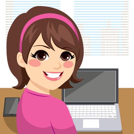 Junge Frau sitzt am Schreibtisch arbeiten lächelt und schaut zurück