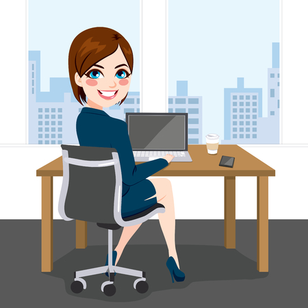 Mooie brunette succesvolle zakenvrouw terug bekijken zitten werken met de laptop op kantoor