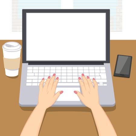 escritorio: La mujer da a la escritura de trabajo en la computadora portátil con la taza de café y el teléfono inteligente en la mesa