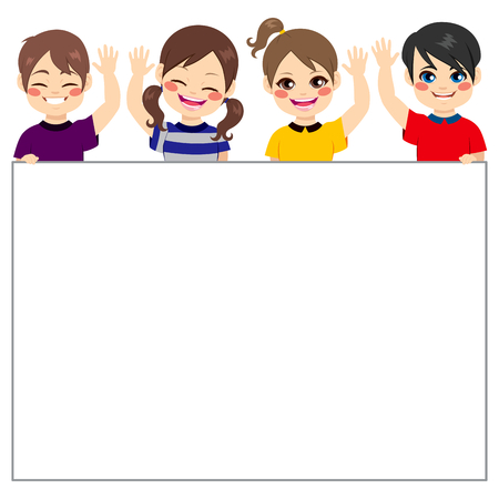 Cuatro niños pequeños que sostienen la bandera en blanco agitando la mano saludando