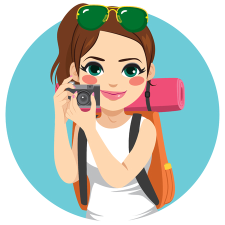 Young backpacker woman holding camera on vacation travel taking pictures Vectores