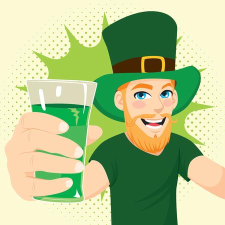 Jeune, cheveux roux, barbe, célébrer, jour st, patrick, tenant verre, de, bière verte