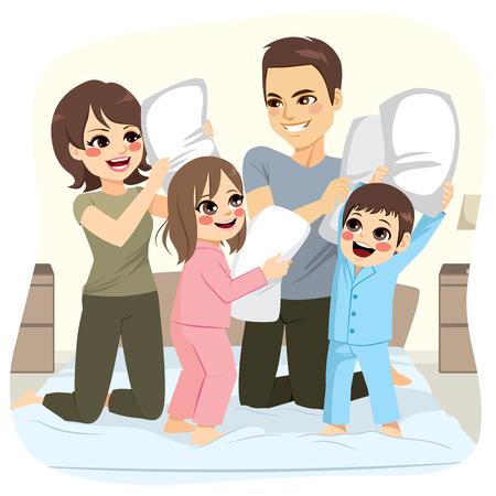 Glückliche süße Familie , die Kissenschlacht über Bett auf Schlafzimmer mit Spaß macht Standard-Bild - 98748062