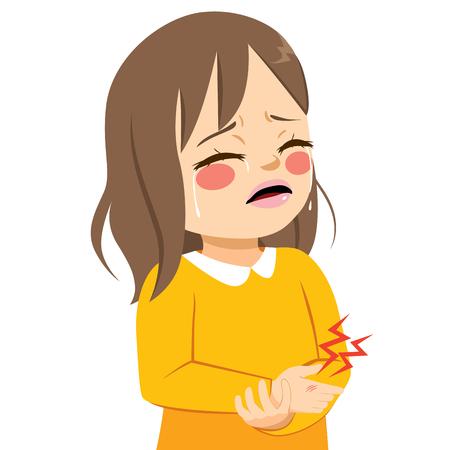 Nettes kleines trauriges Mädchen, das vor Schmerz weint, verletzt mit Verletzung an Hand