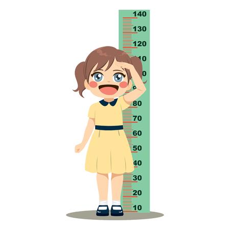 Śliczna mała dziewczynka mierzy swój wzrost linijką ścienną