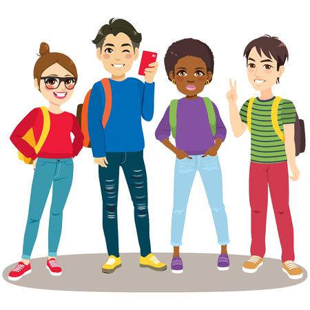 Cuatro jóvenes adolescentes felices juntos de pie listos para volver a la escuela con mochilas y teléfonos inteligentes