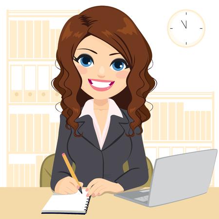 Belle jeune femme souriante travaillant sur un bureau à l'aide d'un ordinateur portable et prenant des notes en écrivant sur un ordinateur portable Vecteurs