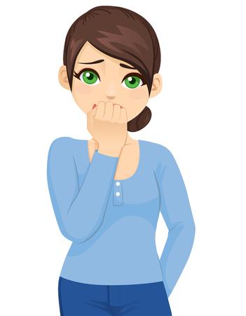 Giovane donna spaventata e ansiosa che si morde le unghie delle dita guardando la telecamera con occhi spalancati isolati su sfondo bianco