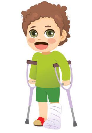 Jonge kleine jongen met gipsen been dat met krukken loopt