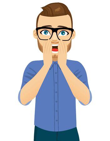 Jeune homme couvrant la bouche ouverte avec les deux mains, expression du visage surprise choquée