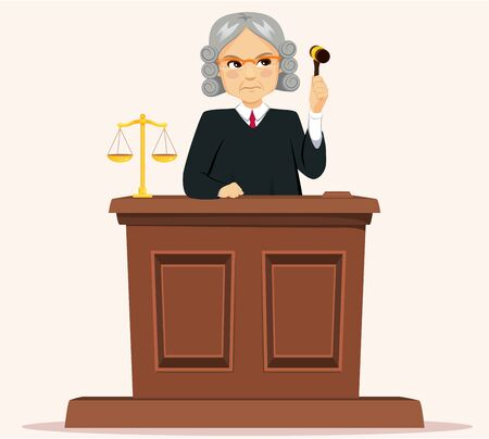 Juez masculino senior serio con peluca sosteniendo martillo juzgando